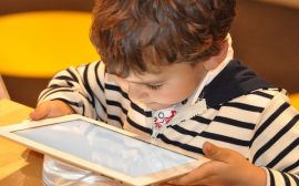 enfant avec tablette