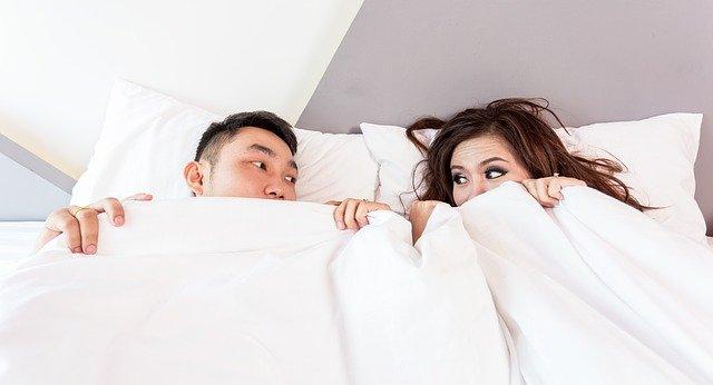couple-dormir-lit